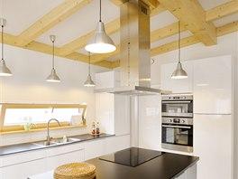 Dřevěné sloupy nesou přiznanou střešní konstrukci.