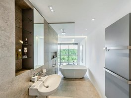 Koupelna nabízí úchvatný výhled přímo z vany, v případě potřeby soukromí lze sklo zatáhnout elektricky ovládaným závěsem.