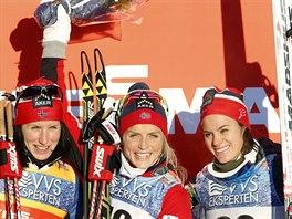 Therese Johaugov� (uprost�ed), v�t�zka p�tikilometrov�ho z�vodu v Lillehammeru, vlevo je druh� Marit Bj�rgenov�, vpravo pak Heidi Wengov�.