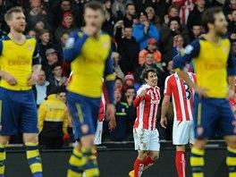 Zklamaní hráči Arsenalu, v pozadí naopak slavící fotbalisté Stoke City