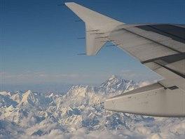Pohled na Everest z letadla během letu Dilí – Paro