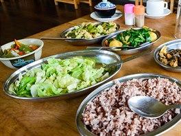 """Typický oběd v bhútánské """"lepší"""" restauraci. Vpředu červená rýže (typická pro Bhútán), úplně vlevo chilli se sýrem, bhútánské národní jídlo."""