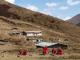 Mniši se učí na tibetský roh dung-chen v zapadlém klášteře nedaleko hranic s Tibetem.