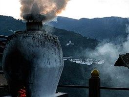 Jedním z tradičních zvyků je ranní zapalování aromatických bylin. Kouř má chránit dům a jeho obyvatele před zlými démony.