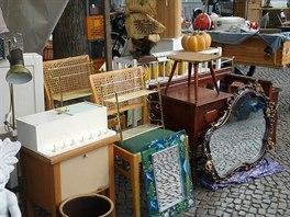 Nedělní bleší trh na Boxhagener Platz nabízí i kýče, ale najít se tu dá i stylový nábytek, analogové fotoaparáty a obrazy.