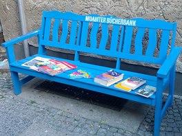 Posaďte se. Lavičky s knihami, které si můžete půjčit nebo odnést domu, každý den půjčuje management pro rozvoj sousedských vztahů, aby měli obyvatelé důvod se potkávat a povídat si.