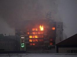 Radik�lov� se p�i p�est�elce v �e�ensk� metropoli Grozn�m uch�lili do budovy nakladatelstv�, kde vypukl po��r (4. prosince 2014).