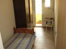 Anetin pokoj nabízí postel, šatní skříň, psací stůl, židli a lodžii s pračkou.