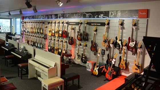Vedle hráčů na piano si v prodejně přijdou na své i příznivci kytary.