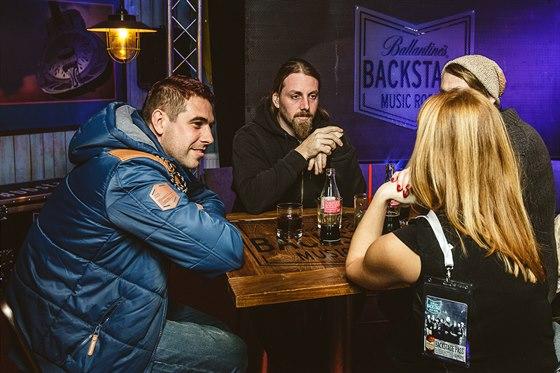 Fanou�ci do backstage pat��, ��kaj� Adam Karl�k (vlevo) a Roman Proch�zka.