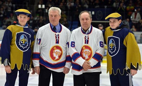 Hokejové legendy František Pospíšil (vlevo) a Milan Nový (uprostřed) v historických kladenských dresech před zahájením utkání.