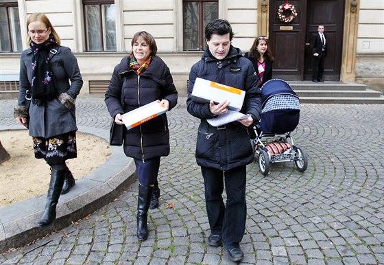Předání petice na podporu dvou dětí v Norsku. Rodině byly odebrány v květnu 2011, od té doby vyrůstají u pěstounů (10. prosince 2014)