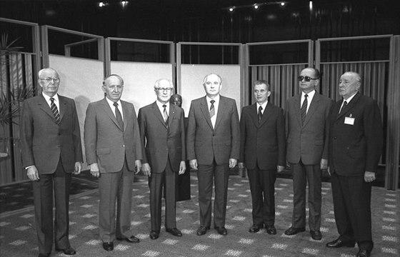 Vedoucí delegací na zasedání politického poradního výboru Varšavské smlouvy v Berlíně 29. května 1987. Zleva Gustáv Husák (ČSSR), Todor Živkov (Bulharsko), Erich Honecker (DDR), Michail Gorbačov (SSSR), Nicolae Ceausescu (Rumunsko), Wojciech Jaruzelski (Polsko), János Kádár (Maďarsko)