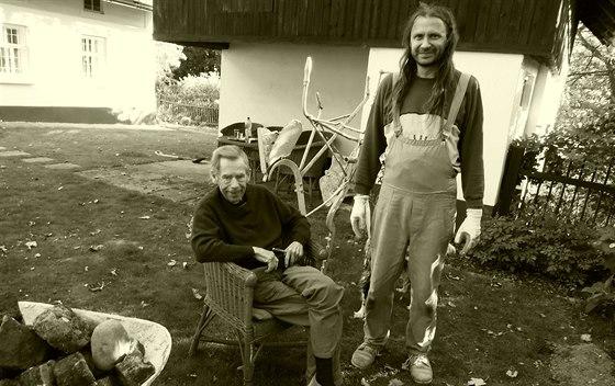 """Václav Havel coby """"náčelník"""" a Martin Věchet, který si přezdívá Geronimo, při jednom ze svých setkání na Hrádečku v roce 2011."""