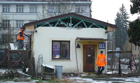 Stavědlo u závor u nádraží v Náchodě prošlo v prosinci 2014 částečnou demolicí, zbyla jen část.