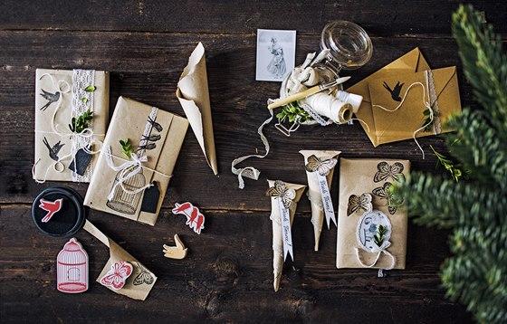 Při balení dárků lze využít i ten nejobyčejnější balicí papír, který dá v kombinaci se zbytky krajek či dětskými razítky vyniknout vaší kreativitě.