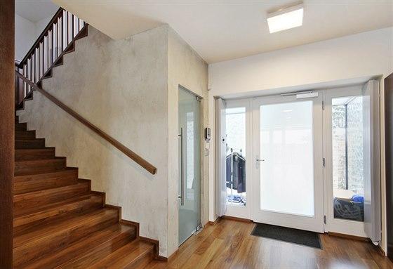 Schodiště v hale v přízemí zůstalo na svém místě. Krásná ořechová podlaha prochází do všech obytných místností a po schodech do patra.