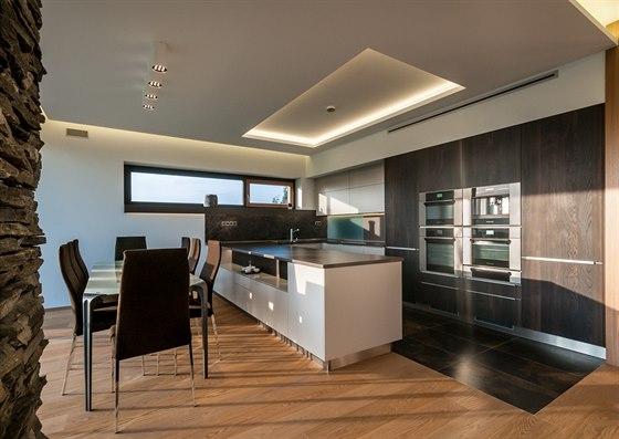 Kuchyň ve tvaru U je vybavena všemi potřebnými spotřebiči.