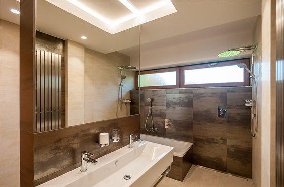 V koupelně je k dispozici vana, sprchový kout i velké dvojumyvadlo.