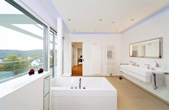 Střízlivý styl, geometrické tvary a světlé barvy s nadvládou bílé se objevují samozřejmě i v koupelně. Slunce a luxusní výhled mají obyvatelé domu nejen ze všech pokojů v domě, ale i z vany.