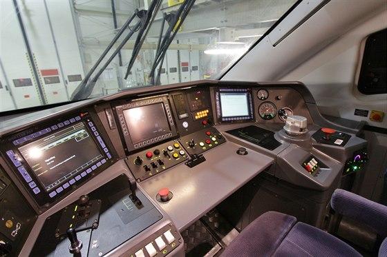 """Vlak řídí strojvedoucí společně s pomocníkem. Každý z nich má svůj stěrač (požadavek PKP IC). Ale strojvedoucí ale uprostřed kabiny, a tak jeden stěrač před fírou setře čelní sklo, aby v vzápětí druhý do prostoru """"nahrnul"""" stěrky ze své části."""