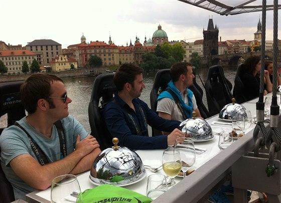 Připoutat se, za chvíli startujeme. Obědy či večeře v oblacích se konají v Praze pravidelně každý rok. Hoduje se na otevřené plošině vyzdvižené do výšky padesáti metrů.