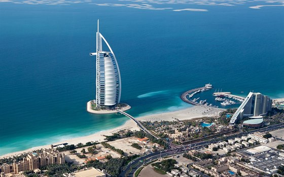 Superluxusní hotel Burdž al-Arab má tvar plachetnice.