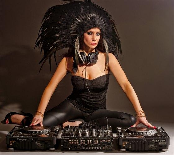 Andrea Pomeje se živí jako DJ.