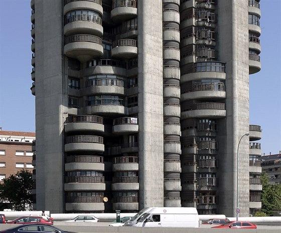 Věhlasnou stavbu, kterou v roce 1968 dokončilo architektonická kancelář jednoho z nejvýznamnějších španělských architektů minulého století, Francisca Javiera Sáenz de Oiza, milují tisíce Španělů.