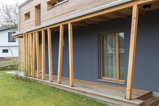 Zajímavým architektonickým prvkem jsou dřevěné sloupy podpírající terasu a zastřešení vstupu do domu.