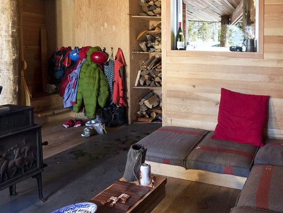 Obytný prostor navazuje na kryté zádveří. V domě se topí dřevem.