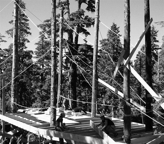 Se stavbou rodině pomohla velká parta kamarádů a sousedů, taktéž vášnivých snowboardistů. V průběhu trvání výstavby se na pozemku vystřídalo asi čtyřicet lidí.