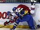 �v�dsk� hokejista Daniel Rahimi ost�e atakuje �esk�ho �to�n�ka Jakuba Klepi�e.