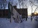 Zaměstanci psychiatrické kliniky v Slovjanoserbsku suší prádlo pacientů na mrazu (1. prosince 2014)