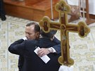 Australsk� premi�r Tony Abbott obj�m� ukrajinsk�ho prezidenta Petra Poro�enka b�hem n�v�t�vy �eckokatolick�ho chr�mu v Melbourne(11. prosince 2014)