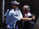 Policisté v Sydney krotí muže, který se pokusil proniknout do přepadené kavárny (15. prosince 2014)