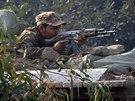 Pákistánský voják u školy v Péšávaru, na kterou zaútočil Taliban (16. prosince 2014)