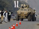 Transportér pákistánské armády u školy v Péšávaru, na kterou zaútočil Taliban (16. prosince 2014)