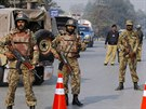 Pákistánští vojáci u školy v Péšávaru, na kterou zaútočil Taliban (16. prosince 2014)
