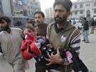 Jedna z obětí Talibanu, který zaútočil na školu v Péšávaru (16. prosince 2014)