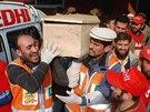 Pákistánští zdravotníci odnáší rakev s obětí útoku Talibanu na školu v Péšávaru (16. prosince 2014)