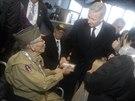 Na vzpomínkovou akci v Bastogne dorazil po 75 letech i veterán Bob Izumy. Belgickému královi Philippemu předal během setkání drobnou pzornost. (13. prosince 2014)