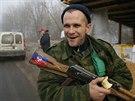 Proruský separatista hlídkuje u obce Gorlovka na východě Ukrajiny (15. prosince 2014)