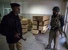 Pákistánci truchlí za oběti útoku Talibanu na školu v Péšávaru (16. prosince 2014)
