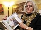 Judy Grossová ukazuje snímek svého manžela Alana, který strávil pět let v kubánském vězení (17. prosince 2014)