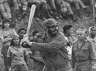 Fidel Castro hraje baseball s kub�nsk�mi u�iteli (�erven 1962)
