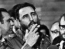 Fidel Castro hovo�� s novin��i b�hem n�v�t�vy americk�ho sen�tora Charlese McGoverna (kv�ten 1975)