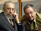 Fidel Castro a jeho bratr Ra�l v roce 2004 v kub�nsk�m parlamentu. Ra�l tehdy zast�val funkci ministra obrany.