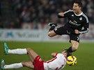 Cristiano Ronaldo padá v utkání na hřišti Almerie. Pod nohy mu skočil Francisco Velez.