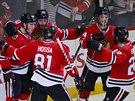 Hokejisté Chicaga se radují z gólu proti Calgary.